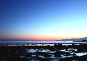 ファンタジックな朝焼けの海岸の写真素材 [FYI02992922]