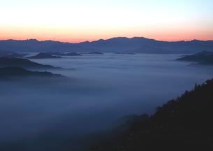 秋の雲海有名地、野迫川の朝焼け野原の写真素材 [FYI02992923]