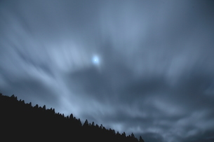 夜中風舞う空の写真素材 [FYI02992924]