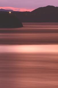潮流動く鳴門海峡の夕景色の写真素材 [FYI02992926]