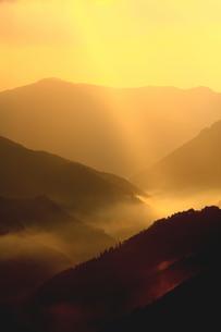 秋、光差し込む山の朝の写真素材 [FYI02992927]