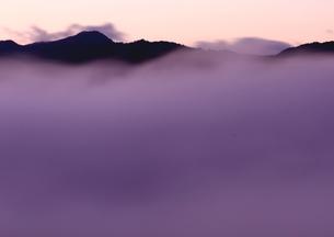 雲海たちあがる秋の山の朝の写真素材 [FYI02992928]