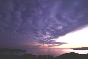 雲動く夕暮れの和歌山、加太の海の写真素材 [FYI02992930]