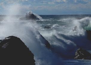 冬、大波弾ける南紀の海岸の写真素材 [FYI02992937]