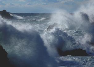 冬風に弾ける大波の海岸の写真素材 [FYI02992938]
