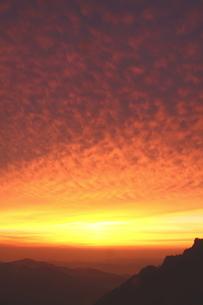 雲染まる夕日の山の写真素材 [FYI02992946]
