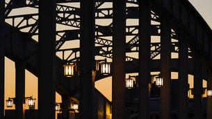 ライトが点いた勝鬨橋夕景の写真素材 [FYI02992990]