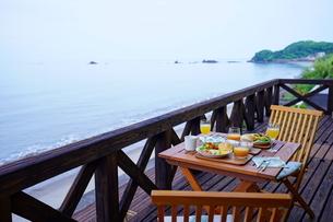 海辺の朝食の写真素材 [FYI02993004]