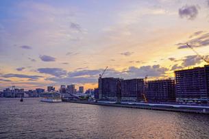 東京湾と選手村建設地夕景の写真素材 [FYI02993011]