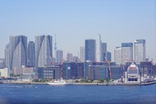 東京湾とスカイツリーと選手村建設地とマンション郡の写真素材 [FYI02993017]