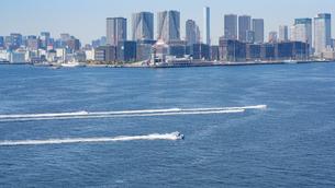 東京湾と水上バイクと選手村建設地の写真素材 [FYI02993018]