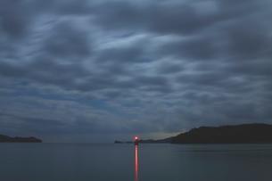 ミステリアスな雲湧く夜中の瀬戸の地の写真素材 [FYI02993050]