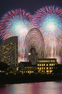 みなとみらいスマートフェスティバル2019の花火の写真素材 [FYI02993141]