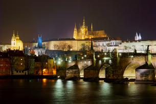 ライトアップされたプラハ城とカレル橋の写真素材 [FYI02993167]