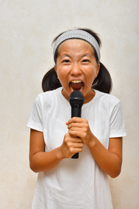 カラオケを楽しむ女の子の写真素材 [FYI02993192]
