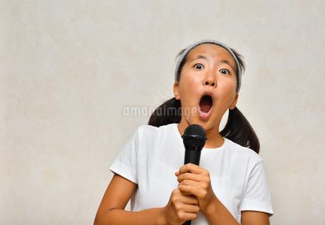カラオケを楽しむ女の子の写真素材 [FYI02993194]