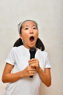 カラオケを楽しむ女の子の写真素材 [FYI02993197]