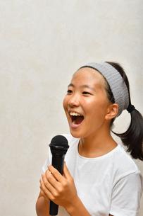 カラオケを楽しむ女の子の写真素材 [FYI02993199]