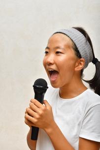 カラオケを楽しむ女の子の写真素材 [FYI02993201]