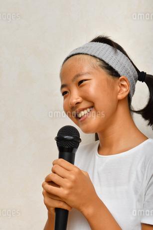 カラオケを楽しむ女の子の写真素材 [FYI02993203]