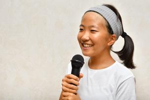 カラオケを楽しむ女の子の写真素材 [FYI02993205]