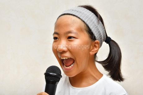 カラオケを楽しむ女の子の写真素材 [FYI02993208]