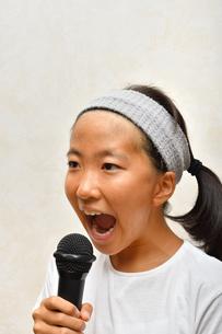 カラオケを楽しむ女の子の写真素材 [FYI02993210]