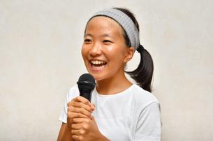 カラオケを楽しむ女の子の写真素材 [FYI02993212]