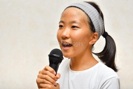 カラオケを楽しむ女の子の写真素材 [FYI02993214]