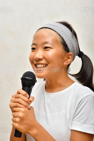カラオケを楽しむ女の子の写真素材 [FYI02993216]