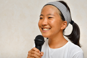 カラオケを楽しむ女の子の写真素材 [FYI02993219]
