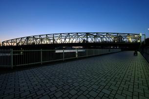 石畳の遊歩道と夜明けの相生橋の写真素材 [FYI02993221]