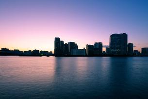 晴海運河護岸から見る豊洲の夜明けの写真素材 [FYI02993225]