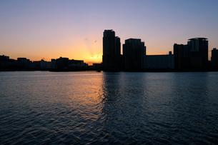 晴海運河護岸から見る豊洲の夜明けの写真素材 [FYI02993226]