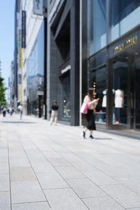 銀座中央通りの石畳の歩道とショーウィンドーの写真素材 [FYI02993231]