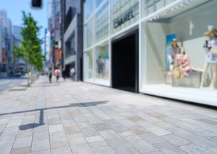 銀座中央通りの石畳の歩道とショーウィンドーの写真素材 [FYI02993232]
