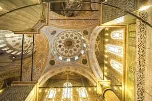 スルタンアフメット・ジャーミィ内部ドーム天井を見上げるの写真素材 [FYI02993239]