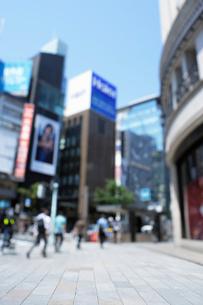 銀座4丁目の石畳の歩道とビル群の写真素材 [FYI02993257]