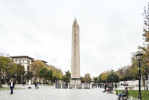 テオドシウスのオベリスクが建つヒッポドローム広場風景の写真素材 [FYI02993259]