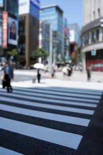 銀座4丁目交差点の横断歩道とビル群の写真素材 [FYI02993260]