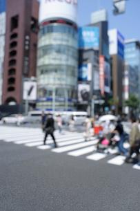 銀座4丁目交差点の歩行者とビル群の写真素材 [FYI02993263]