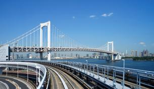 新交通ゆりかもめから見るレインボーブリッジの写真素材 [FYI02993292]