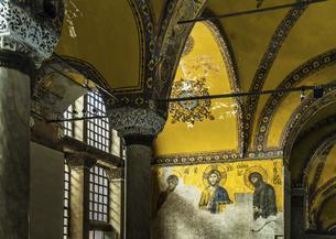 ディーシスのモザイク画を見るアヤソフィア博物館内部風景の写真素材 [FYI02993325]