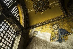 窓からの斜光を見るアヤソフィア博物館キリストのモザイク画の写真素材 [FYI02993329]