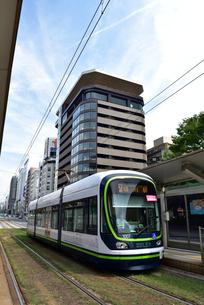 広島市内を走る市電の写真素材 [FYI02993363]