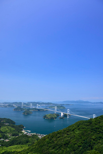 亀老山展望台からの来島海峡大橋の写真素材 [FYI02993375]