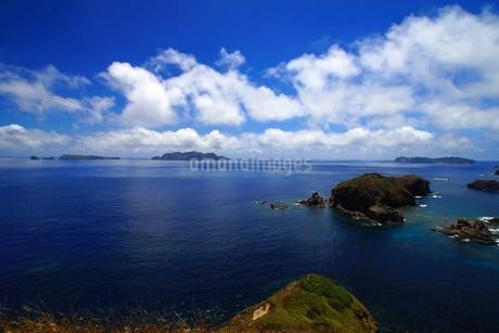母島からの景色。奥の左から姪島・妹島・姉島の写真素材 [FYI02993392]