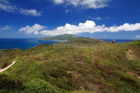 母島の小富士から乳房山を望むの写真素材 [FYI02993393]