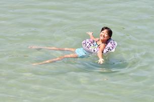 海水浴を楽しむ女の子の写真素材 [FYI02993406]