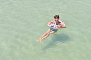 海水浴を楽しむ女の子の写真素材 [FYI02993407]